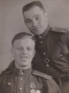 Александр П. (слева)