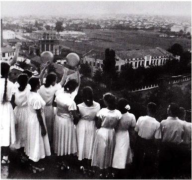 Встреча восхода солнца выпускниками симферопольских школ в 1958 г. Справа здание техникума консервной промышленности