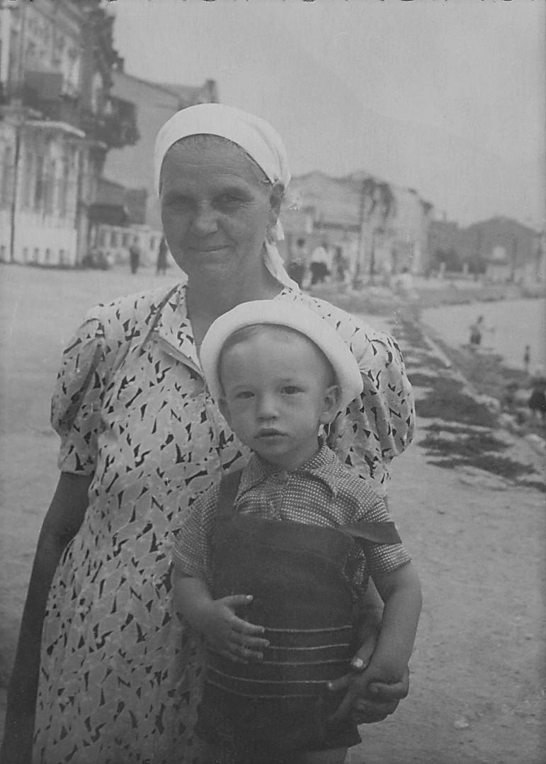 1955г. С няней Шурой.jpg