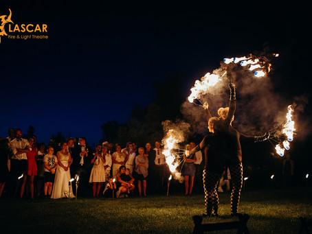 Pokaz ognia na wesele - jak wybrać najlepszego wykonawcę?