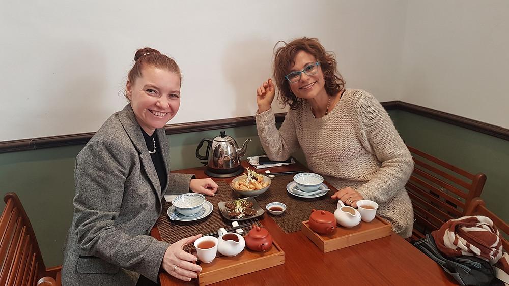 טקס שתית התה הסיני ודים סאם צמחוני עם הקונסולית הישראלית אהובה במתחם טאיי פון בהונג קונב