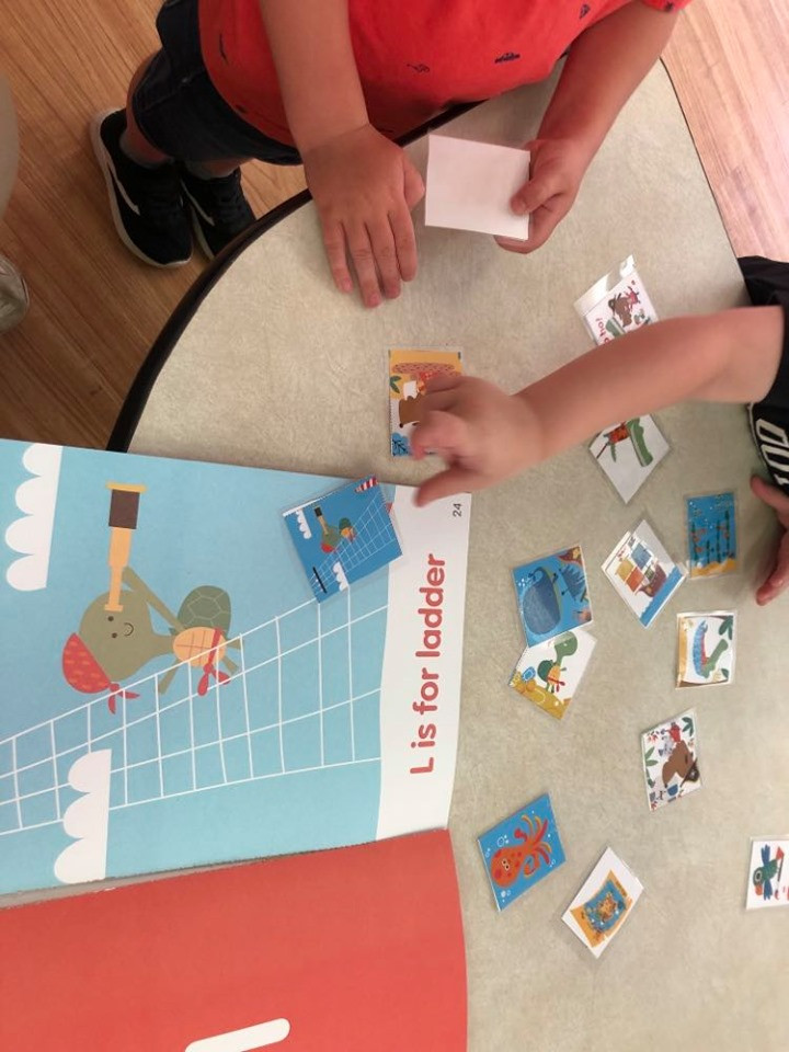 preschoolers matching picture cards to book illustrations