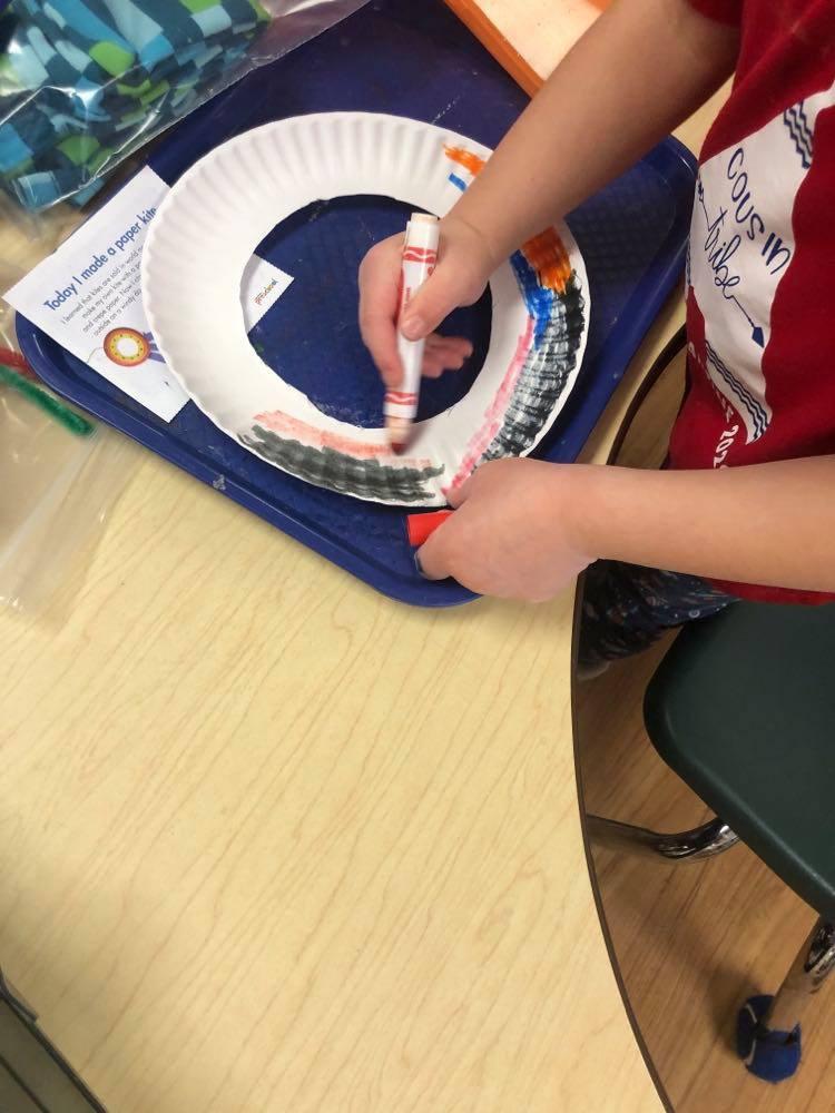 preschooler coloring paper plate to make kite craft