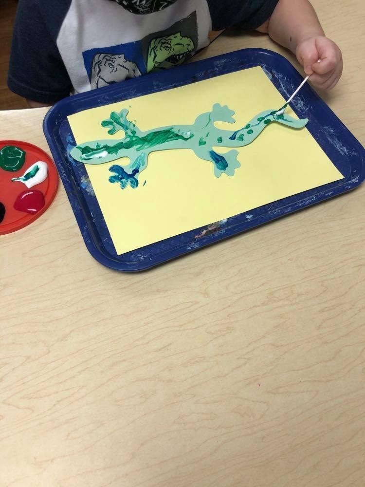 preschool painting gecko using cotton swab
