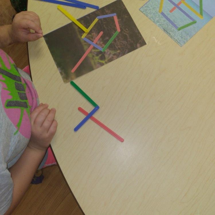 preschoolers making designs on shape design mats
