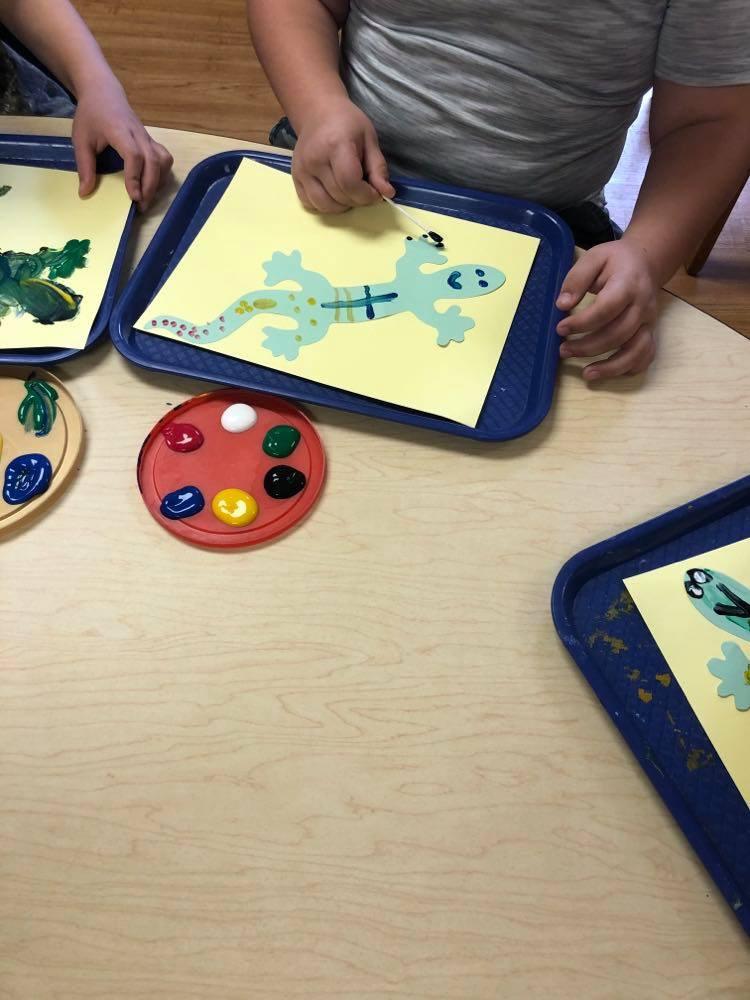 preschoolers making gecko process art on trays