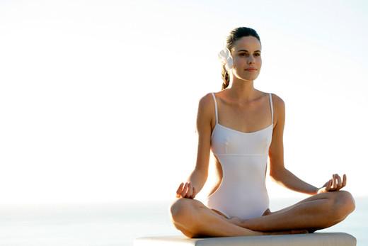 La meditación junto a la piscina
