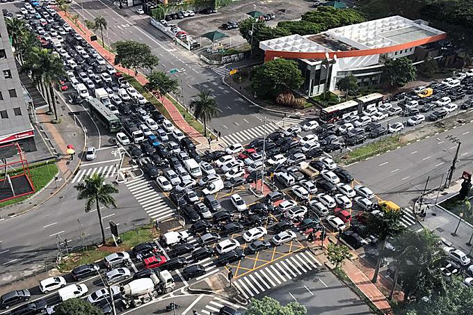 Congestionamento de rotina no cruzamento da JK com a Faria Lima na hora de volta das aulas na USP.