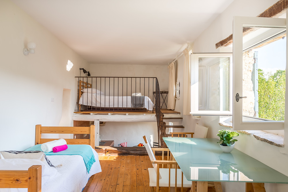 Luxury studio apartment within five bedroom luxury holiday villa for families, teenagers, young children and friends in the Luberon National Park in Provence