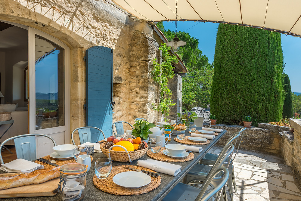 Outdoor dining with views over the Luberon in luxurious holiday home villa in Provence, ideal for families and friends