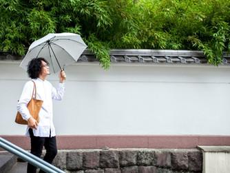傘の下から まちを眺める Look at the city from underthe parasol