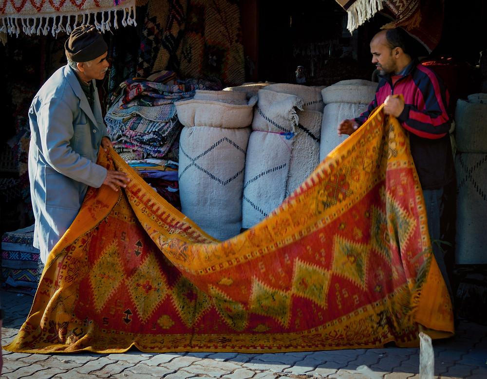 To lokale håndterer et af de berømte berber-tæpper.