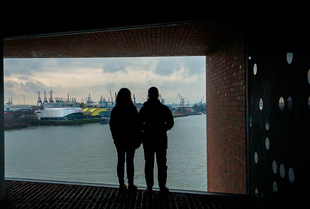 Et kig på havnen fra koncerthuset Elbphilharmonie i Hafen City.