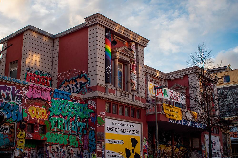 Det besatte hus Rote Flora i bydelen Schanzenviertel. Huset er et forhenværende teater, som har været besat siden 1989. Rote Flora er samlingsted for venstreorienterede, antifacister og autonome typer.