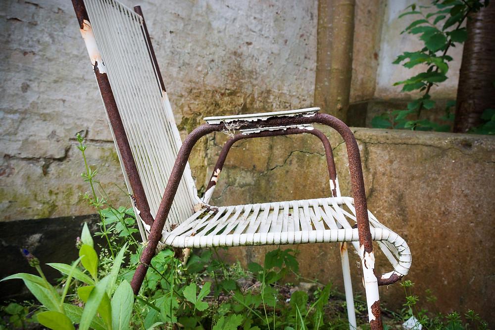 En havestol ruster i haven til et forladt advokatkontor i Nibe