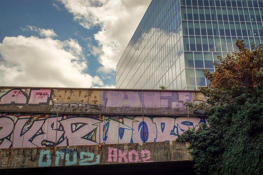 Det er til at få øje på kontrasten mellem den forladte bane og bygningerne på gadeniveau.