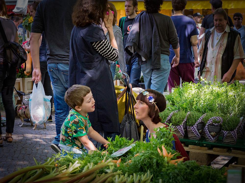 Markedet på Boxhagener Platz om lørdagen tiltrækker mange mennesker.