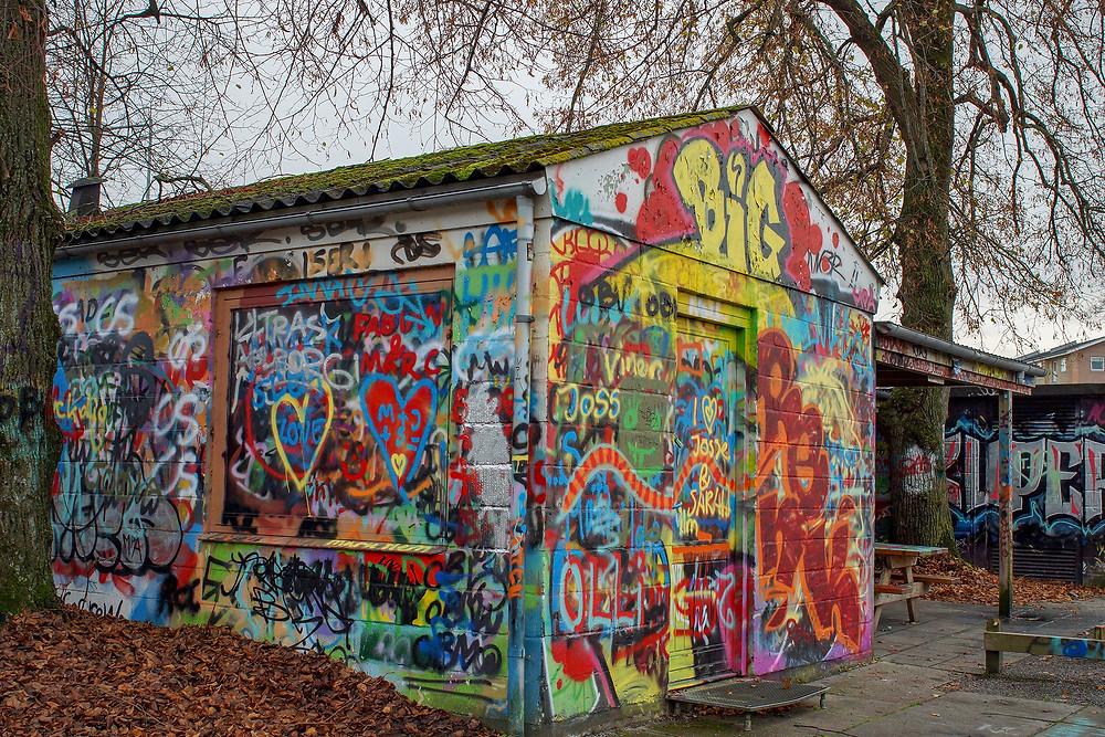 Alle bygninger i Karolinelund er udsmykket med grafitti.