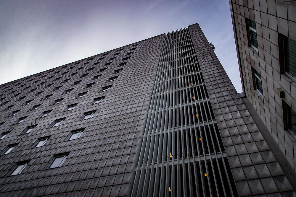 Hovedbygningen set fra Reberbansgade.