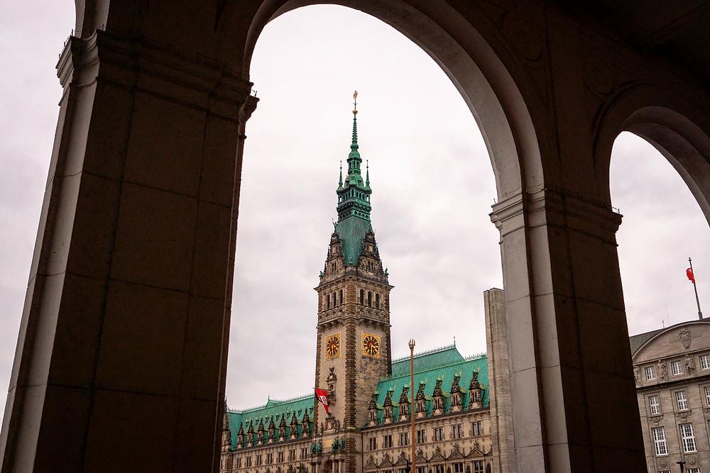 Et kig på Hamburg Rathaus fra Alsterarkaden.