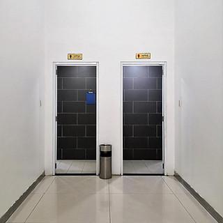 Toilettentür am Flughafen in Phnom Penh