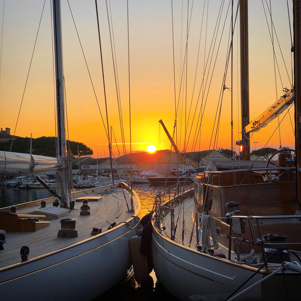 En solnedgång i hamnen