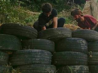 Réparation d'une paroi en pneus par nos workawayers.