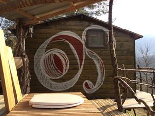 Une peinture murale pour les toilettes sèches de la cabane de nos touristes