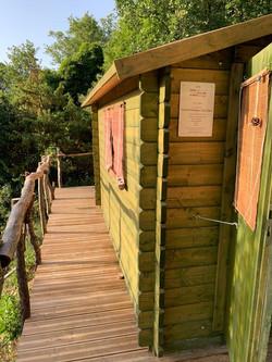 Le couloir vers les toilettes sèches