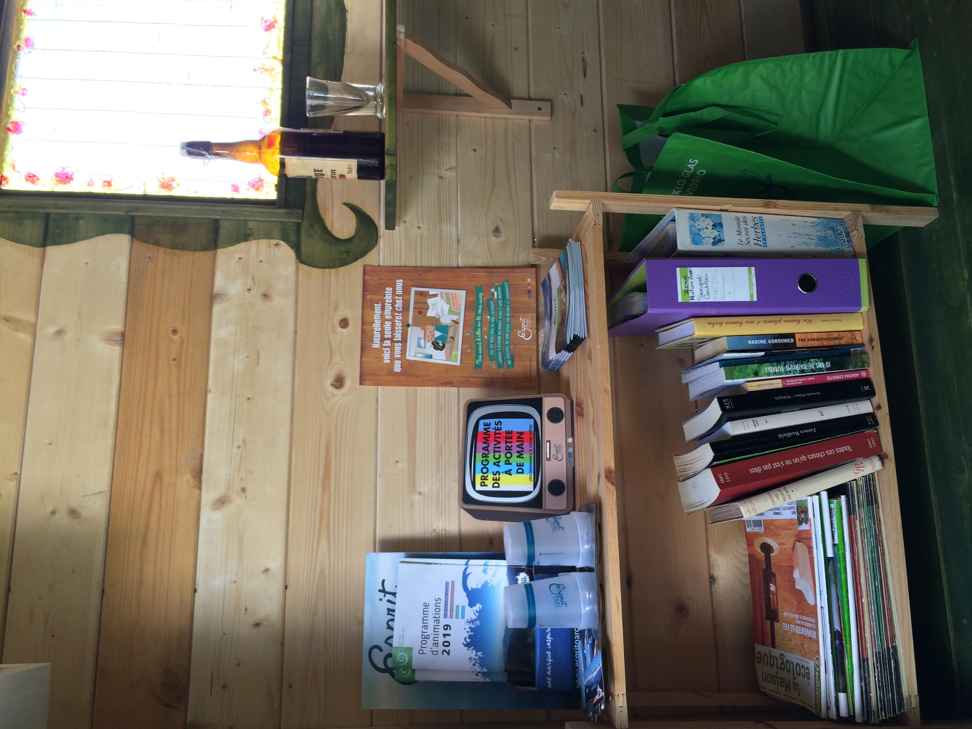 Dépliants et livres dans la chambre