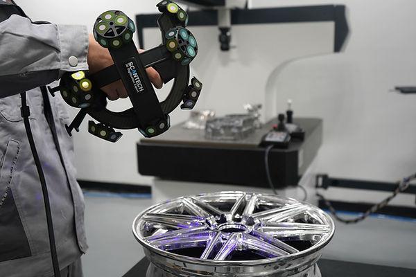 3D Scanner TrackScan P42 von Scantech scannt glänzende Oberflächen bei IBS Quality. Ofizieller Vertriebspartner für 3D Produkte in Deutschland, Österreich und Schweiz.