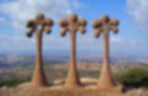 תמונה: פסל אחוות שלוש הדתות בגן הפסלים בכאוכב אבו אל היג'א    מאתר: ארץ עיר טיולים    יום כיף   ODT   טיולים בדרום    הפקת אירועים