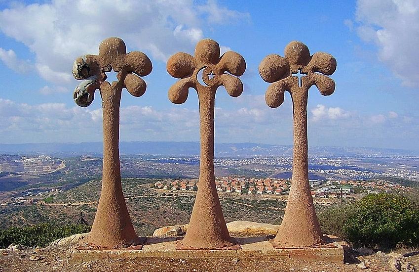 תמונה: פסל אחוות שלוש הדתות בגן הפסלים בכאוכב אבו אל היג'א |  מאתר: ארץ עיר טיולים |  יום כיף | ODT | טיולים בדרום  | הפקת אירועים