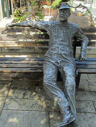 תמונה: זיכרון יעקב - פסל האיש היושב |  מאתר:  ארץ עיר טיולים |  יום כיף | ODT | טיולים במרכז | הפקת אירועים