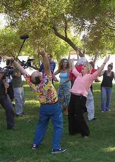 תמונה: סדנת הצחוק של לני רביץ |  מאתר: ארץ עיר טיולים |  יום כיף | ODT | טיולים בצפון | הפקת אירועים