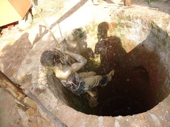 Worker decending into the well at Kin