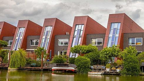 Energiproduktion med integrerede solcelleanlæg i vinduer i rækkehus mod kanalen