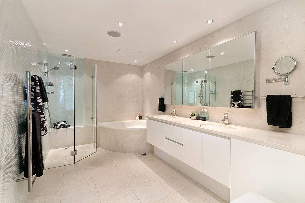 Nyt lyst stort vådrum med brusebad og badekar