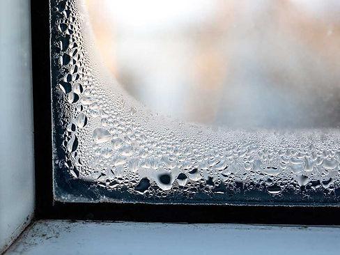 Kondens på indvendig side af vindue giver skimmel