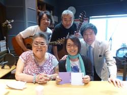 ゲストの亀渕友香さん。後方、ギタリストの丹波博之さん(左)と窪田晴夫さん
