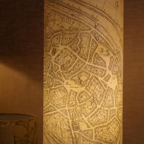 Lampe réalisée à partir d'une copie de la carte de Mons,Frans Hogenberg, 1616, collection personnelle