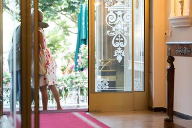 Bellevue-Rheinhotel-Eingangsbereich-Gäste.jpg
