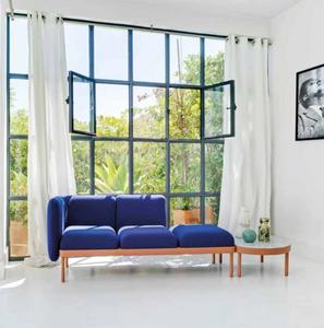 Salón muy acogedor con sofá y mesita auxiliar