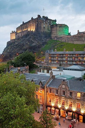 edinburgh-castle-and-grassmarket-edinbur