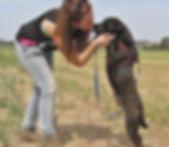 מתנדבת עם כלב מהעמותה
