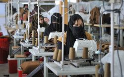 Afghan_women_at_a_textile_factory_in_Kab