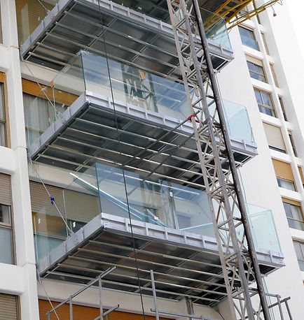 התקנת מעקה זכוכית רבודה. מעקה זכוכית מרפסת. מרפסות תלויות. מרפסות פלדה. מרפסותץ שמש