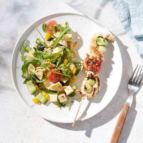 Brochette poulet-courgette et salade de farfalles aux légumes estivaux