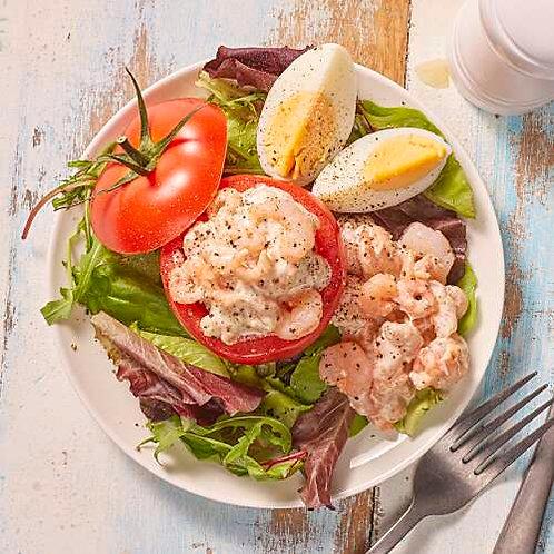 Tomates aux crevettes et salade gourmande