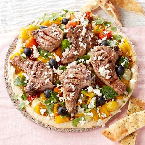 Côtelettes d'agneau aux légumes grillés, feta, houmous et pain turc